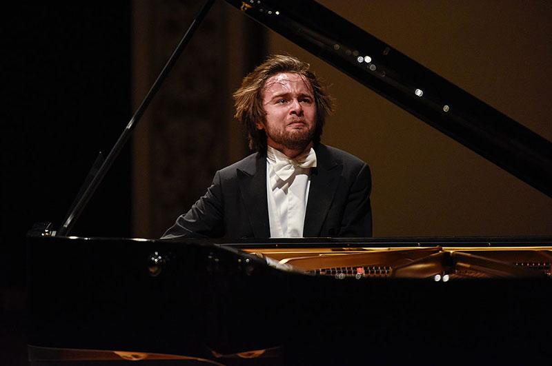 Unmittelbar nach Rückkehr der Kapelle begeisterte der Capell-Virtuosen Daniil Trifonov das Publikum mit einem Soloabend und holte außer Schumann, Schostakowitsch und Strawinsky auch Nikolai Medtner auf die Bühne