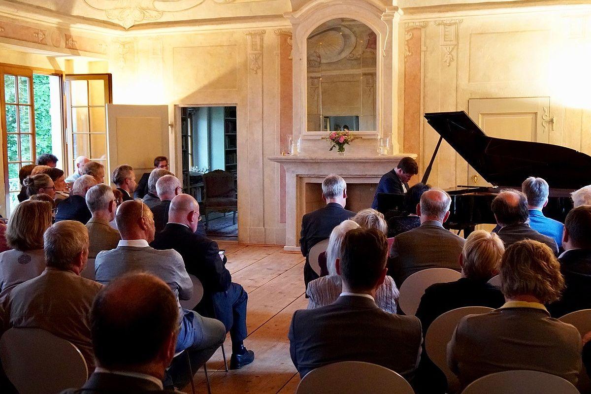 Mitgliederversammlung auf Dinglingers Weinberg